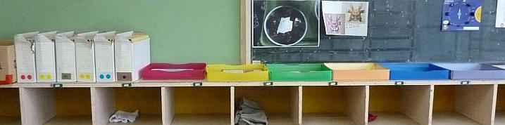 1班赤、2班黄色、3班緑、4班オレンジ、5班青、6班紫と班の箱が並ぶ。実は、これはドレミファ……と色音符の色で、各班の色をそれに当てはめている。