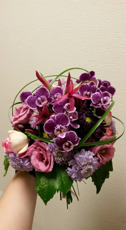 Runder Brautstrauß mit Orchideen