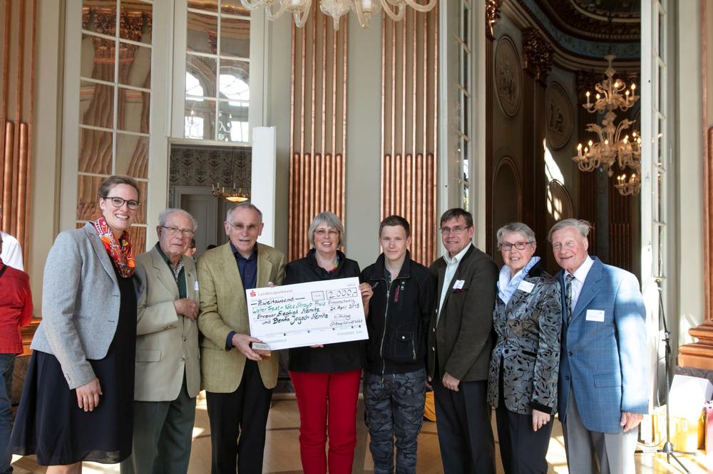 Die Preiträger Siegfried Nemitz und Benita Jogsch-Nemitz mit Direktorin Elisabeth Hüsing, Herrn Staub und Familie Freist