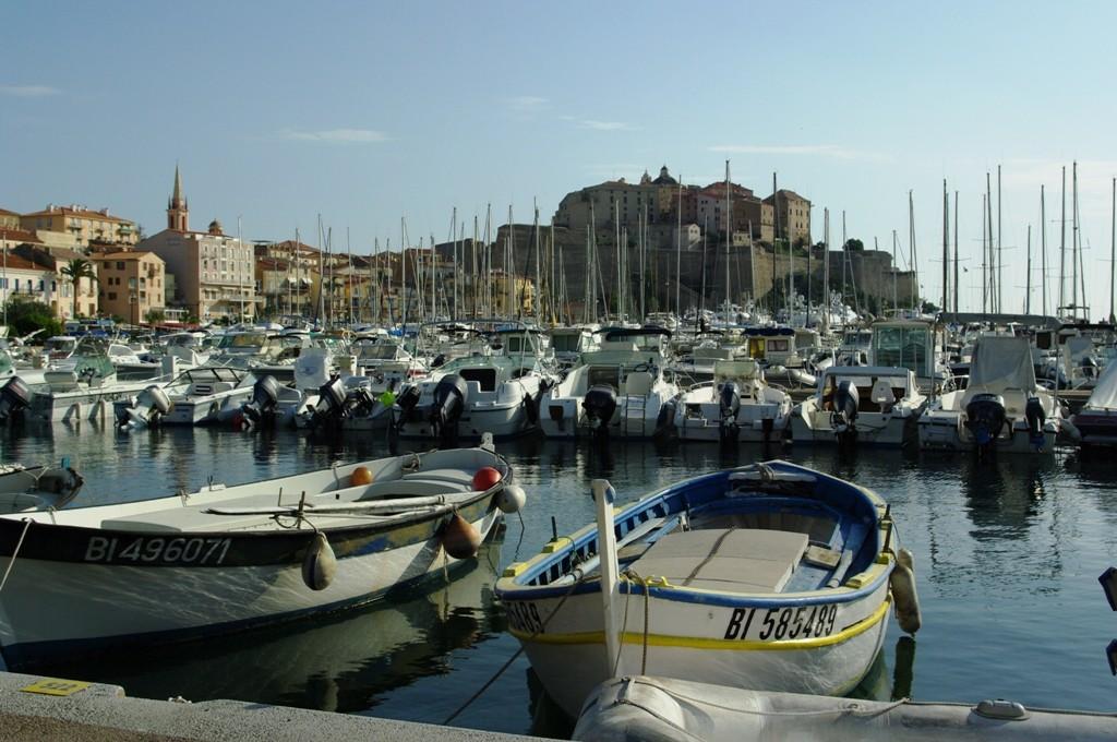 Le port de plaisance. Au premier plan, une des plus vieilles embarquations de l'endroit, un pointu ...