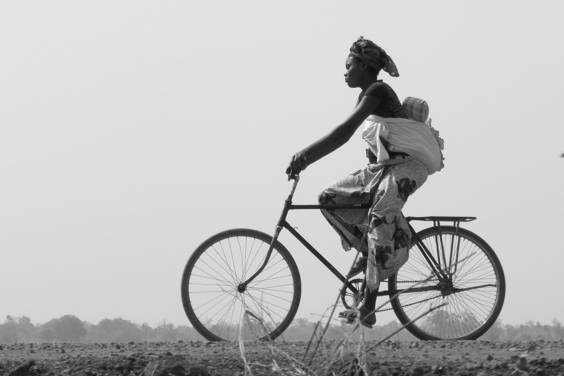 La promenade de Madame et de Bébé. 2014, Région de BOBO DIOULASSO, Burkina Faso