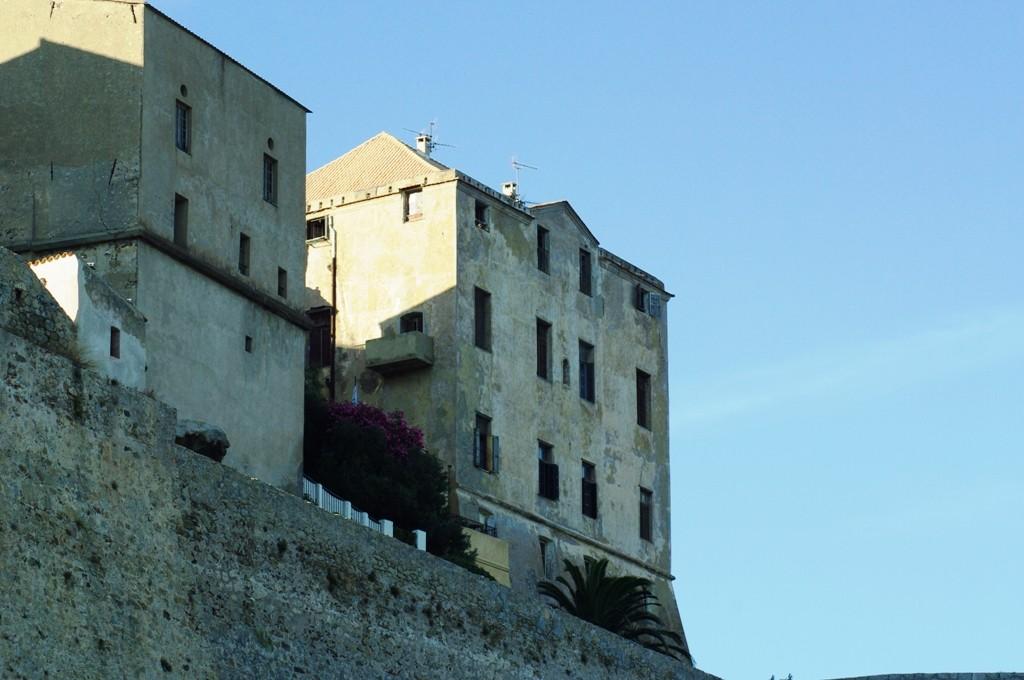 Le palais des évêques de Sagone au petit matin.