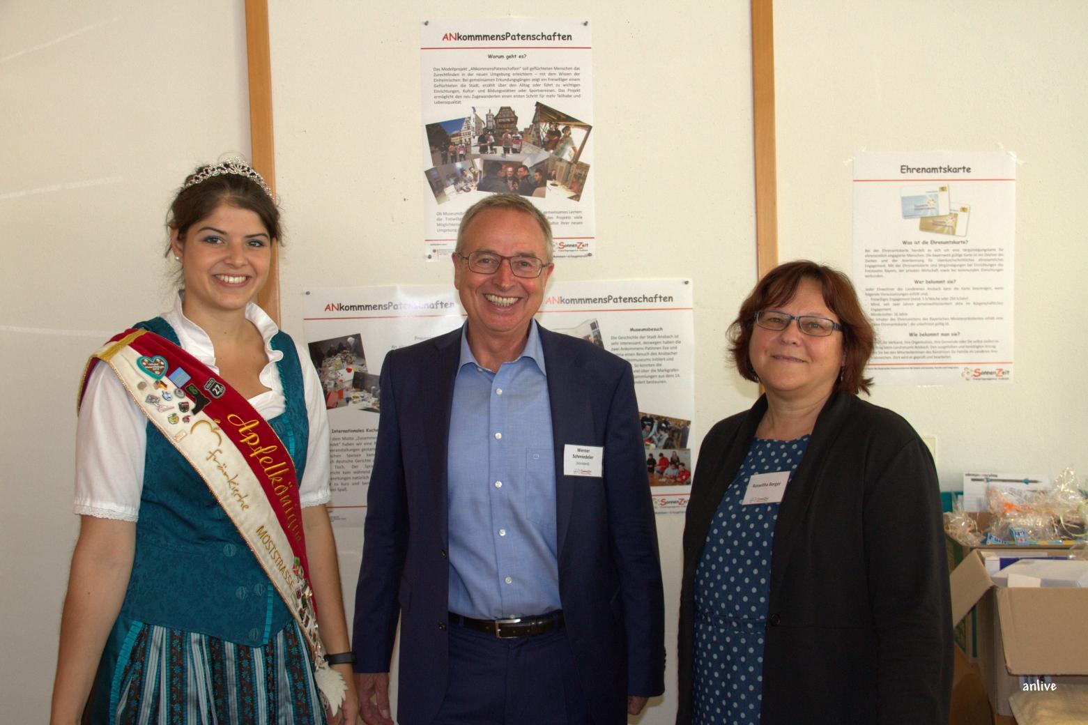 Apfelkönigin Annemarie Freytag, Werner Schmiedeler, Vorstand Freiwilligenagentur Sonnenzeit, Roswitha Berger von der Sonnenzeit.