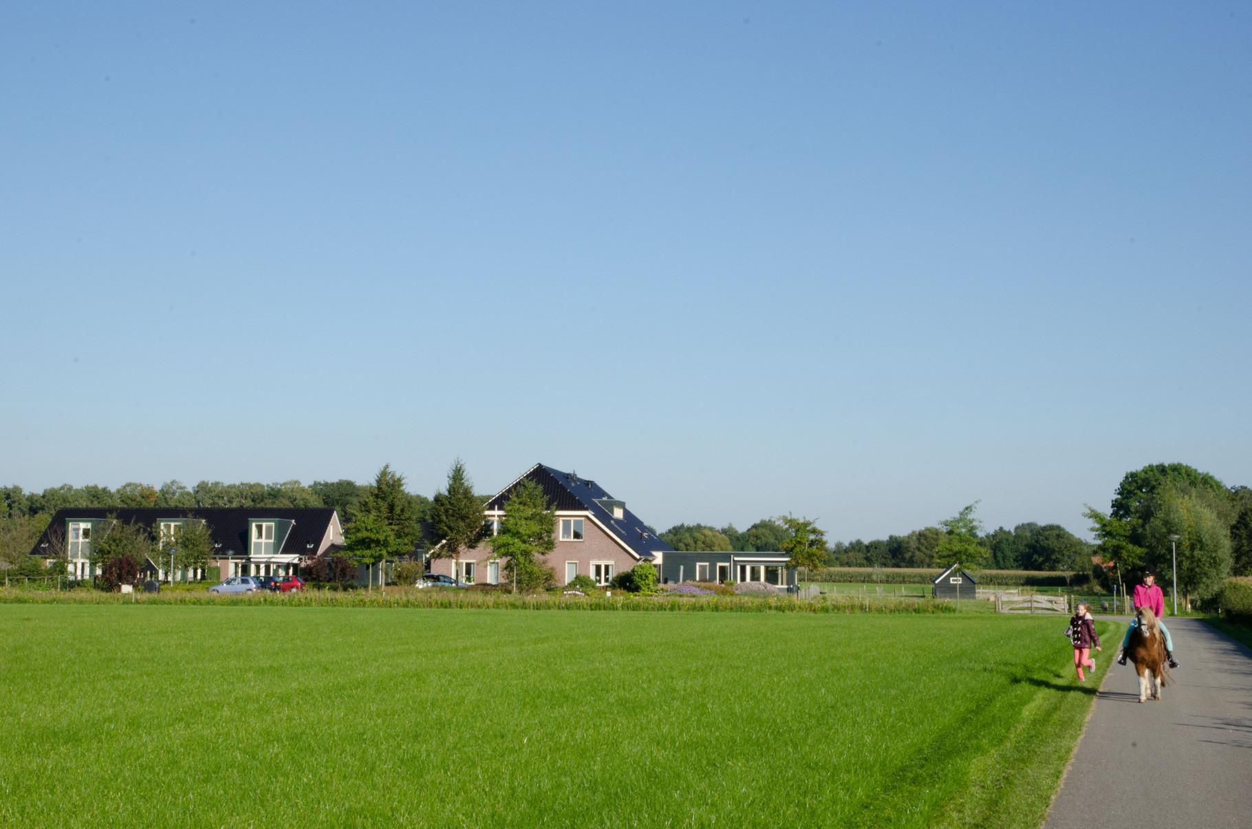 Weide en bos, boerderijen
