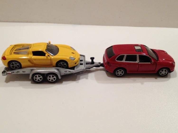 Porsche Cayenne Turbo Nr.1062 rot, Autoanhänger Nr.2544 silber, Porsche Carrera GT Nr.1001 gelb, gesamt Nr.2544