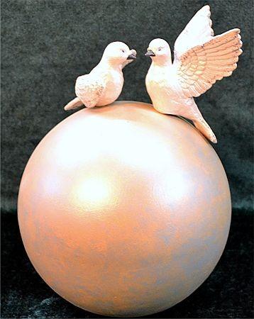 Kugel mit zwei Tauben