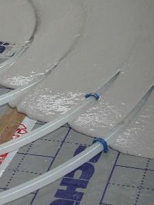 für optimale Wärmeabgabe werden die Heizungsrohre vollständig mit Fließestrich ummantelt.