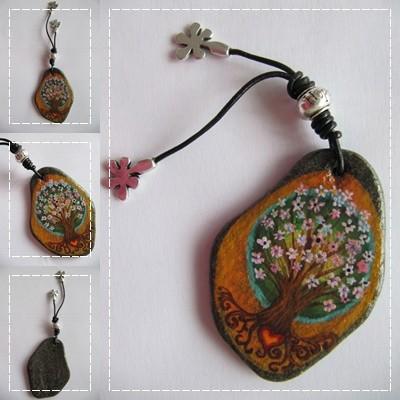 Piedra pintada con arbol en flor