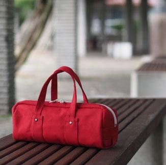 赤色バッグ
