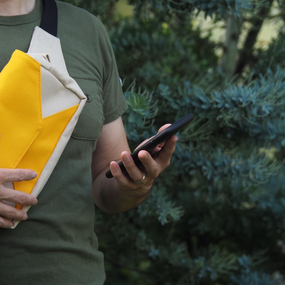 黄色のボディーバッグ