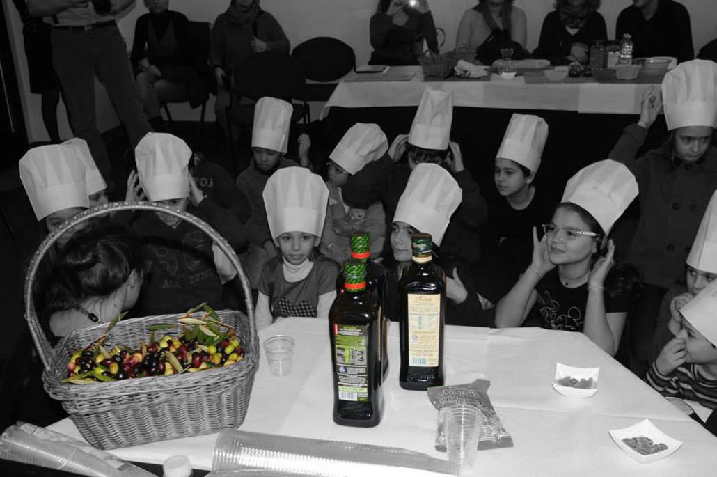 Die Kinder des Verkostungskurses für Olivenöl wurden medienwirksam vor den Carapelli-Ölen in Stellung gebracht. Bitte lächeln.
