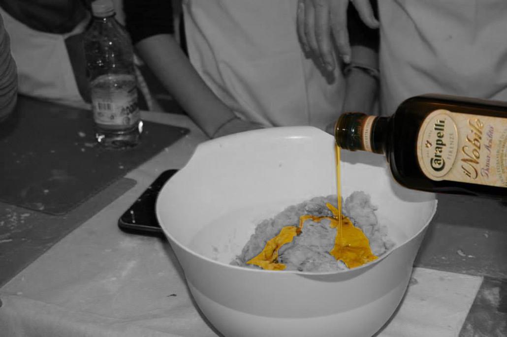 Carapelli - der Schriftzug ist unübersehbar. Kinder backen mit Olivenöl Nobile von Carapelli. Wie nobel.