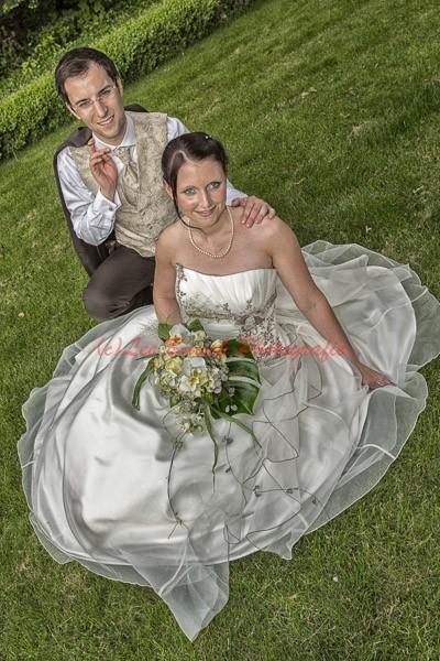 die Braut sitzt auf dem Rasen