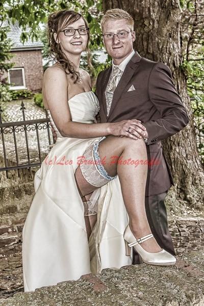 Braut zeigt Bein
