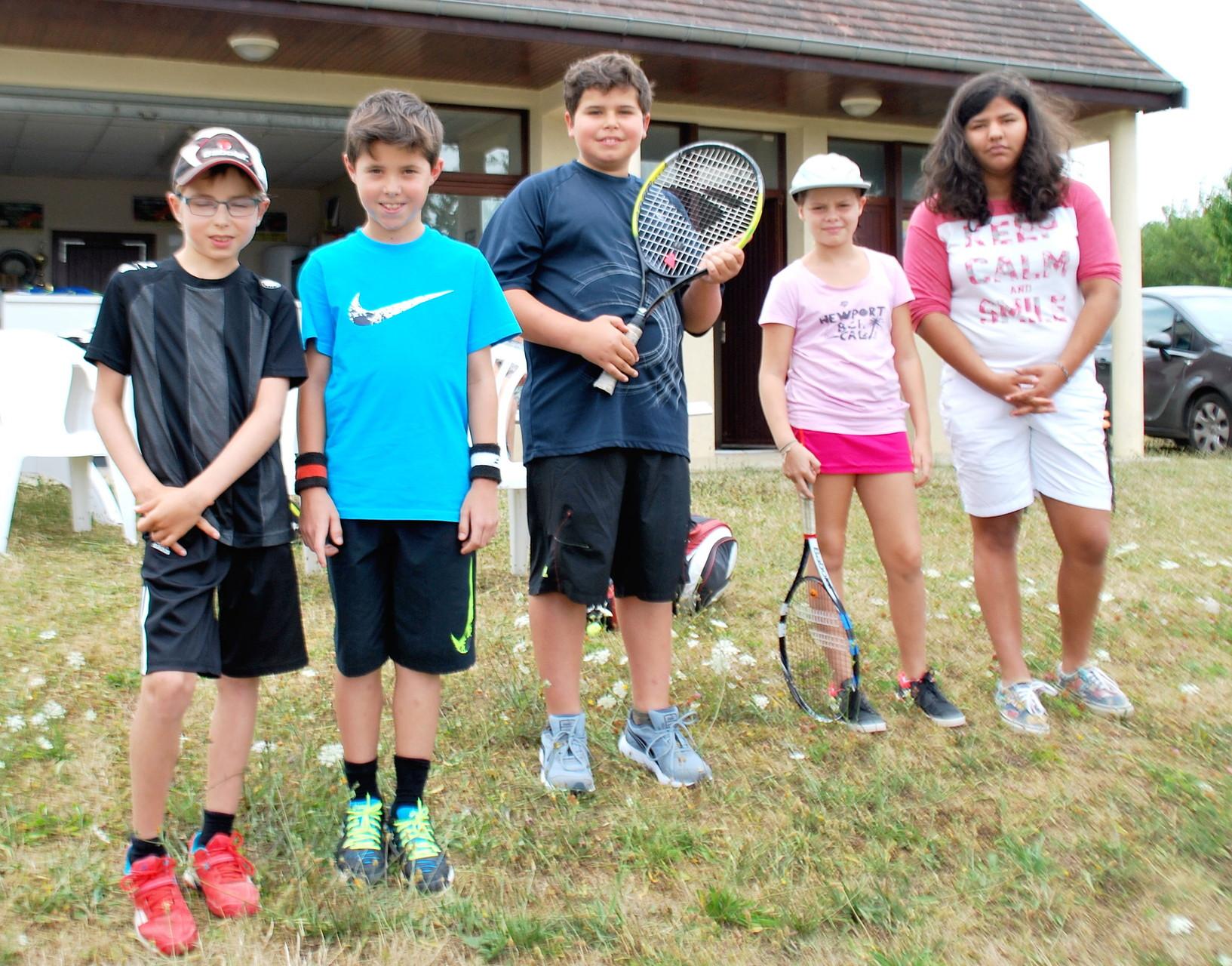 Les 10 ans : de g. à droite : Gabriel, Nathan, Baptiste, Romy, et Augustine super arbitre!!