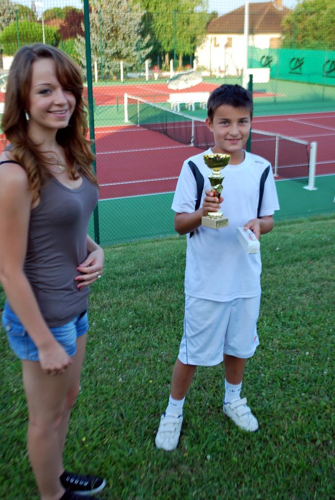 Hugo SOARES reçoit la coupe du vainqueur après son dernier match victorieux (à g. Lucie)