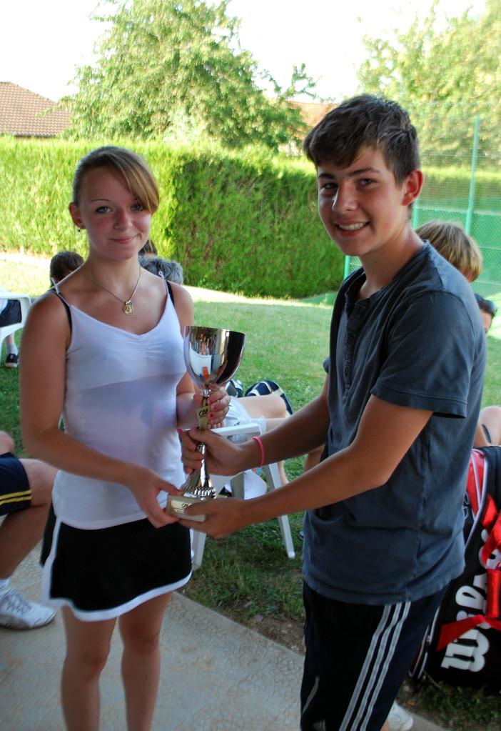 """Lulu MORET du TC Bouilly! vainqueure 2013 en 17/18 ans! (remise de la coupe par Arthur """"Bob"""" Thomas)"""