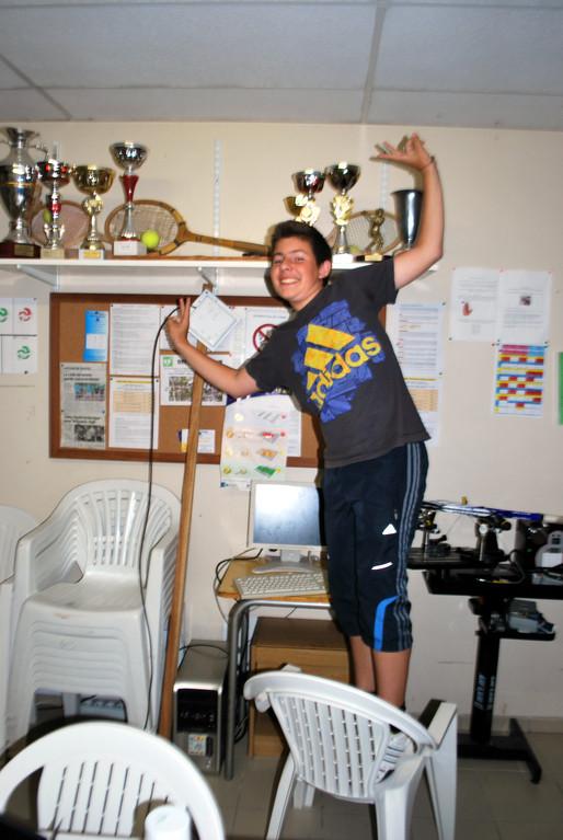 Une tentative de vol dans la salle des trophées! (La photo a été prise au moment où l'individu était appréhendé alors qu'il allait commettre l'irréparable...)