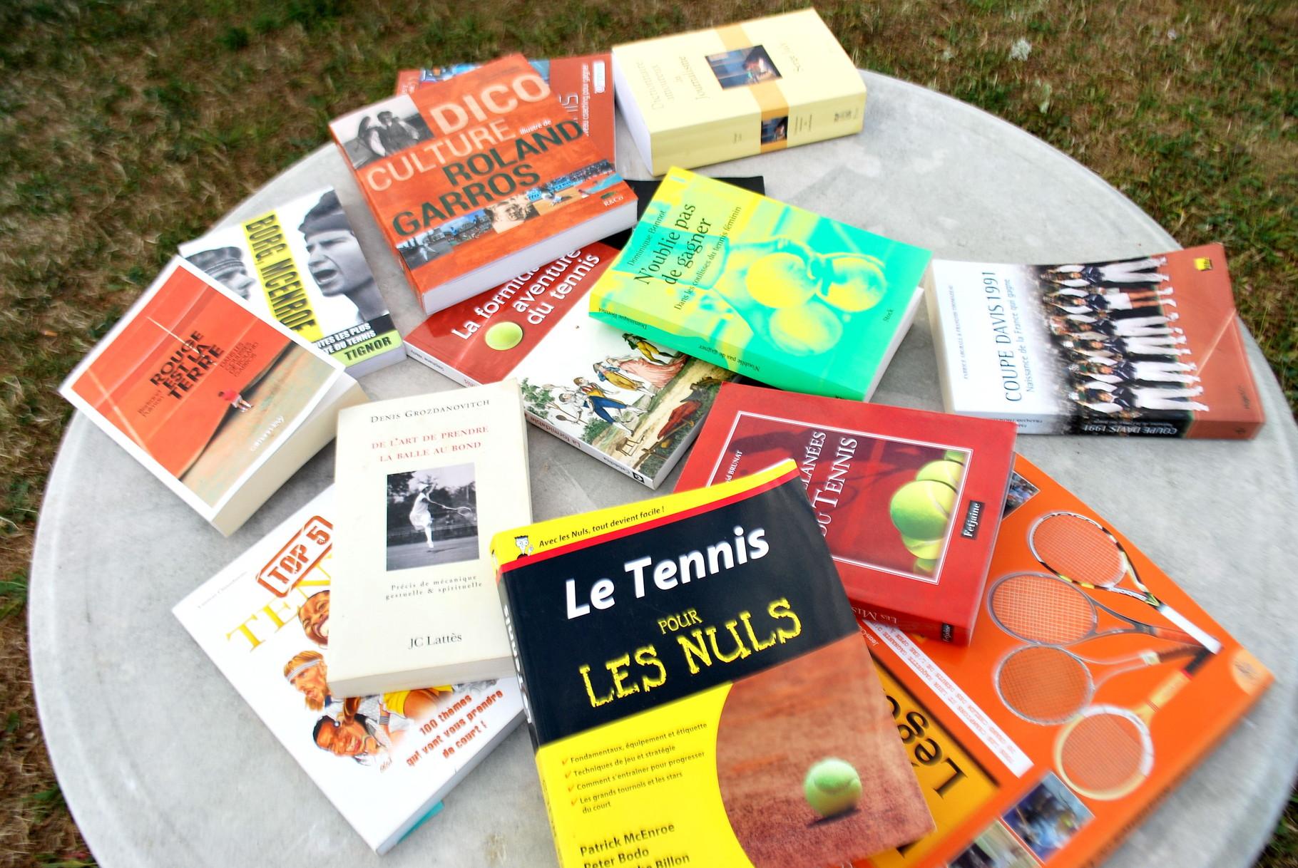 """Pour ceux qui s'ennuient, avec """"Le tennis pour les nuls"""" offert au coach par son pote Titi Aveline : sympa les copains!!"""