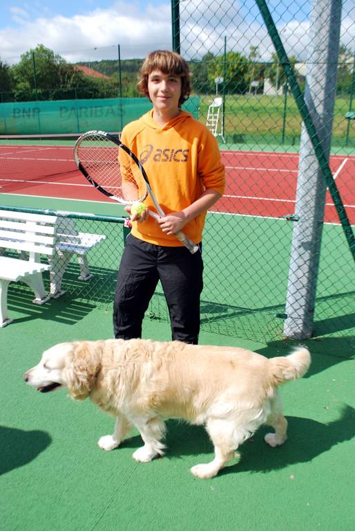 Le chien Baltik et Théo Leseur, un mordu de tennis et l'homme à battre chez les 15/16 ans...