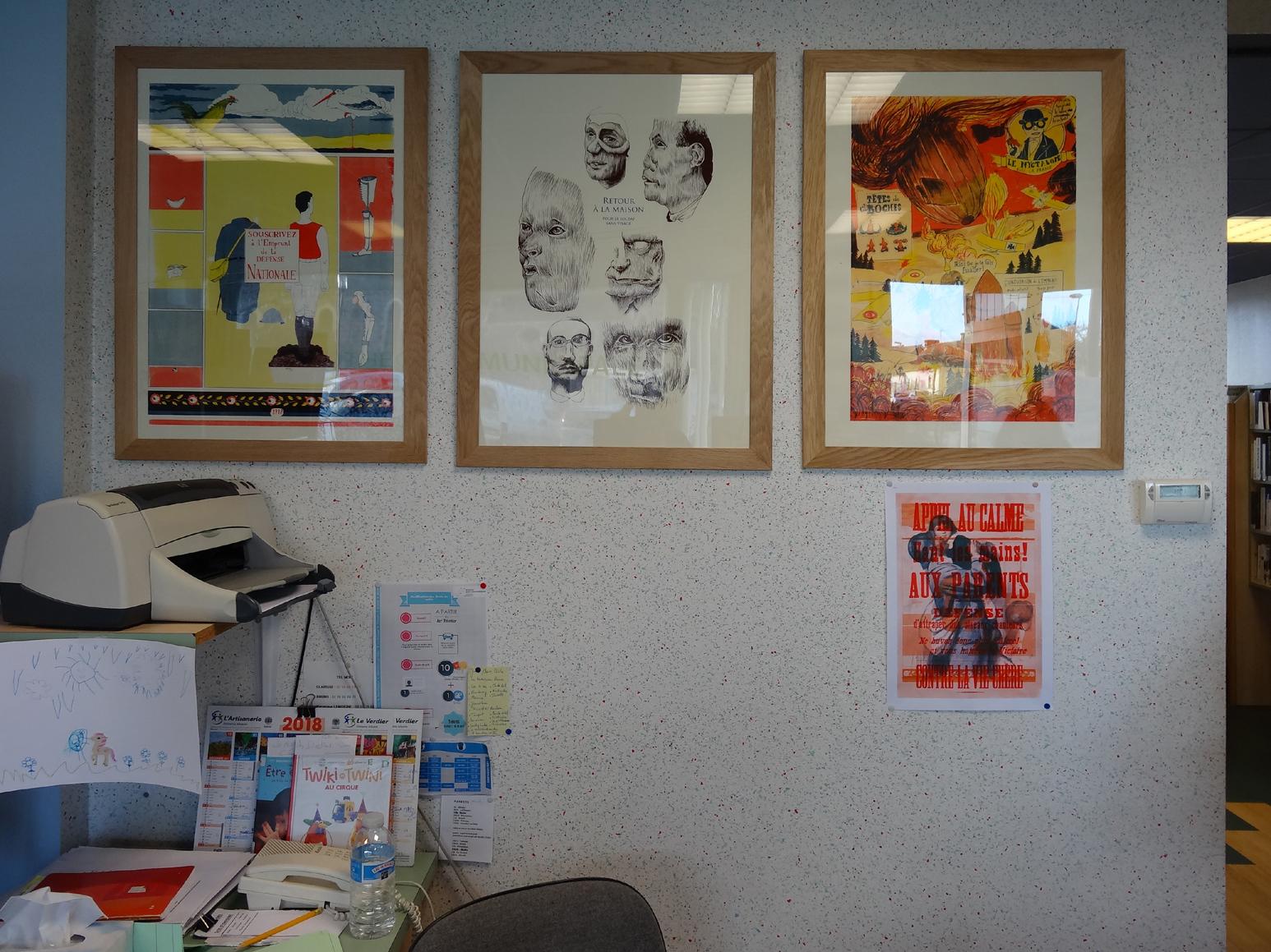 Accrochage des oeuvres des artistes de L'Atelier du Bourg dans la médiathèque de Bédée