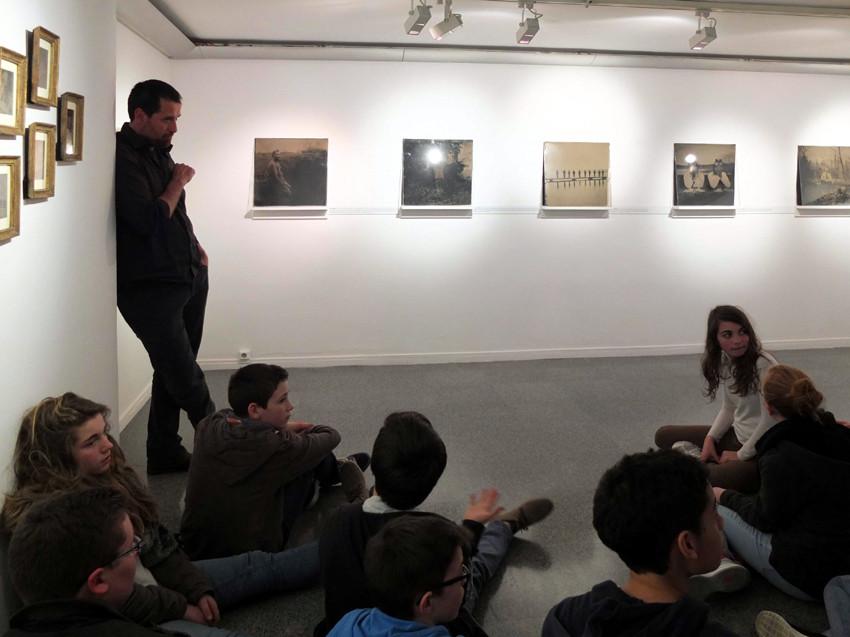 Visite de l'exposition Territoires d'expériences à l'Institut Français de Barcelone avec Israel Ariño. Photo : Marc Thébaud