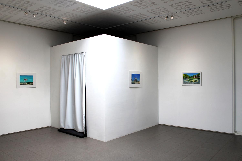 Vue de l'exposition de Julie Giraud, Motels - La Chambre noire, sérigraphie, peinture, encre UV, néon UV, gravillons, 245 x 245 cm