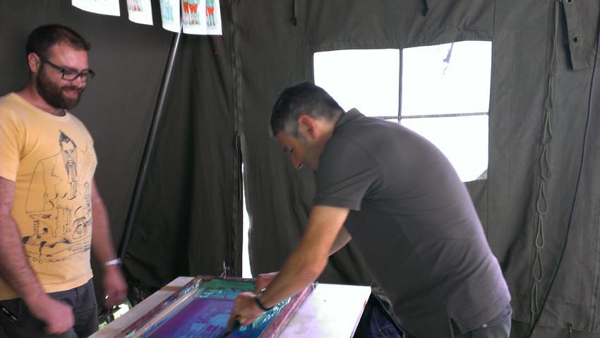Nylso réalise sa 1ère sérigraphie. Découverte de la sérigraphie avec La Presse purée (Rennes), animée par Antoine Ronco et Julien Duporté.
