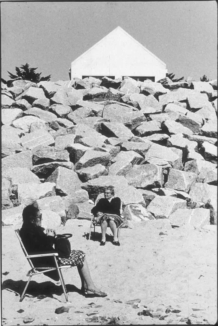 Médiathèque de Montfort-sur-Meu : la paresse. Oeuvre : Jacques Faujour, Kairon plage, 1983, Collection Frac Bretagne © ADAGP, Paris 2015. Crédit photo : Jacques Faujour.