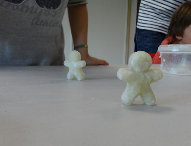 """Fabrication de bonhommes en pâte à modeler """"maison"""""""