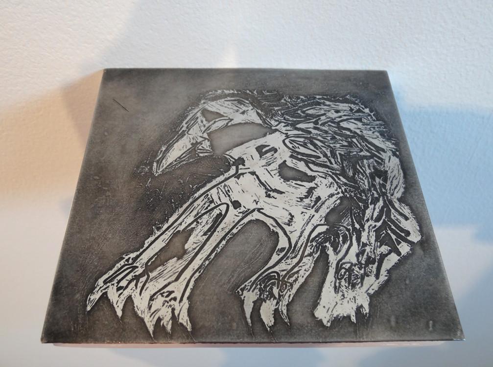 Noémie Sauve, L'oiseau - Plaque de gravure au rouge à lèvres, zinc, 13x12cm, 2015