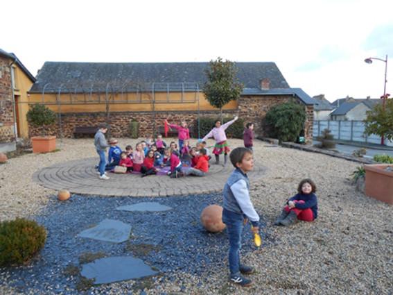 Atelier scolaire à la médiathèque La Parchemine de Pleumeleuc autour de l'oeuvre d'Isabelle Arthuis, Le Banquet, 2011 (Coll. Fdac Ille-et-Vilaine)