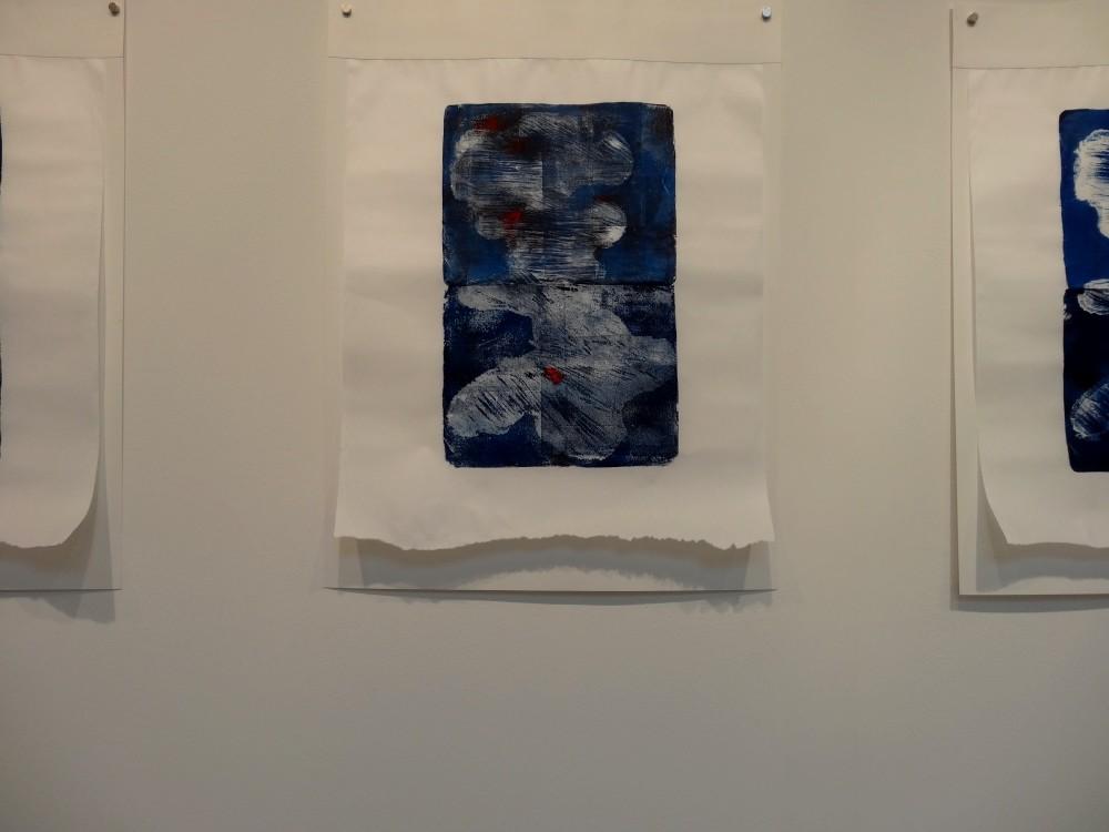 """Vue de l'exposition Cécile White, Empreinte carbone. """"Les marques du temps"""" détail, 4 monotypes acryliques sur papier de lune montés sur papier aquarelle, 50x75 cm pièce, 2015."""