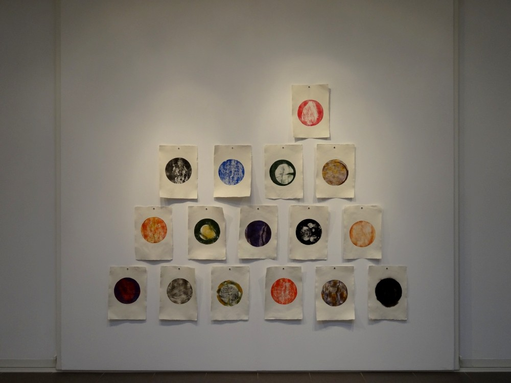 """Vue de l'exposition Cécile White, Empreinte carbone. """"Tas de Soi"""". Installation de 16 monotypes acrylique sur papier coton, 29,5x41 cm pièce, 2015."""