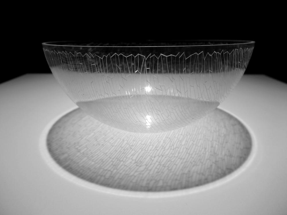 Carlos Bernal, Vers l'ombre, 2016, semi sphère plastique, 12 cm. Ø env., table en bois, 35 x 70 x 35 cm. env., ampoule suspendue au plafond, dimensions variables.