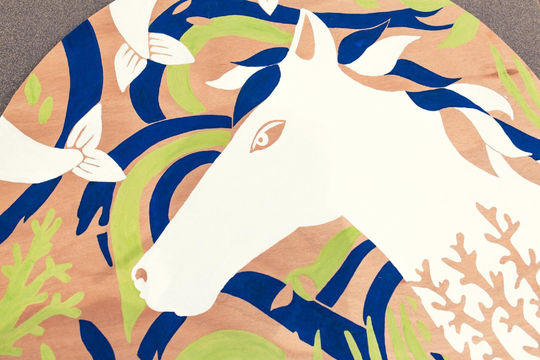 Baignade Interdite : le cheval Mallet, peinture naturelle sur bois, 111 cm de diamètre. Photo : Simon Détraz