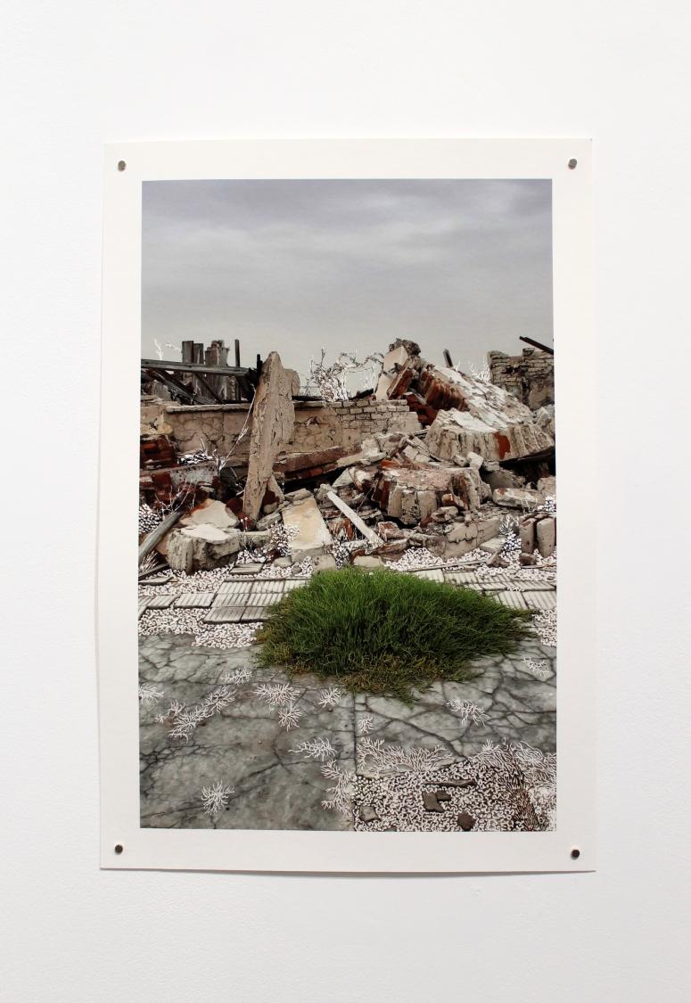 Raphaëlle Peria, Toujours elles reviennent, grattage sur photographie, 45 x 30 cm, 2020