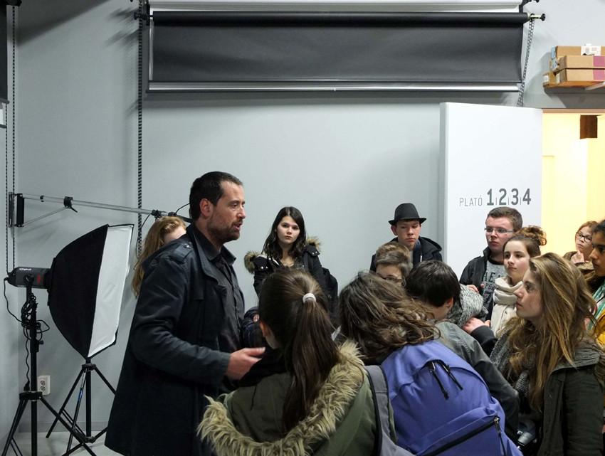 Les collégiens à l'école de photo avec Israel Ariño. Photo : Marc Thébaud