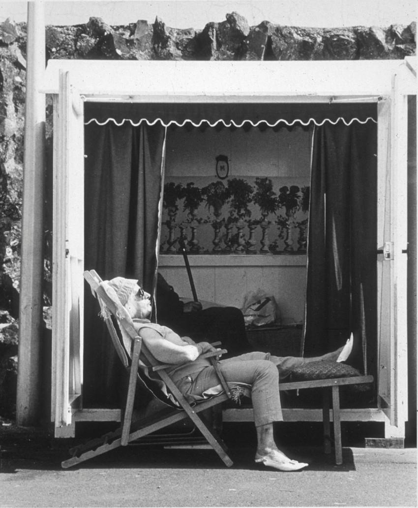 Médiathèque de Montfort-sur-Meu : la paresse. Oeuvre : Jacques Faujour, Plage du Gousset, 1983, Collection Frac Bretagne © ADAGP, Paris 2015. Crédit photo : Jacques Faujour.