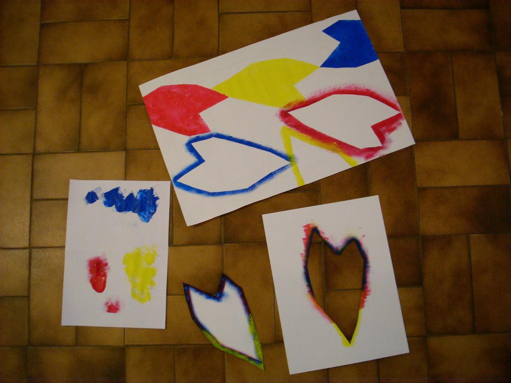 Tamponner avec les couleurs primaires. Faire proliférer les formes sur la feuille (A3). Comparer positif/négatif.