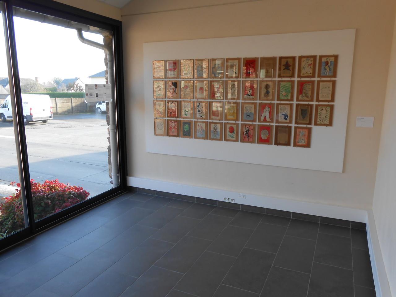 Vue d'exposition bibliothèque La Parchemine de Pleumeleuc - Stéphane Le Mercier, Poudre d'or, 1990. Coll. FRAC Bretagne