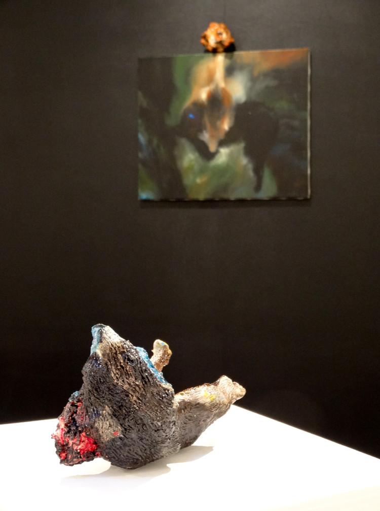 Noémie Sauve, Le Chat, huile sur toile 55x46 cm avec terre cuite émaillée, 2014