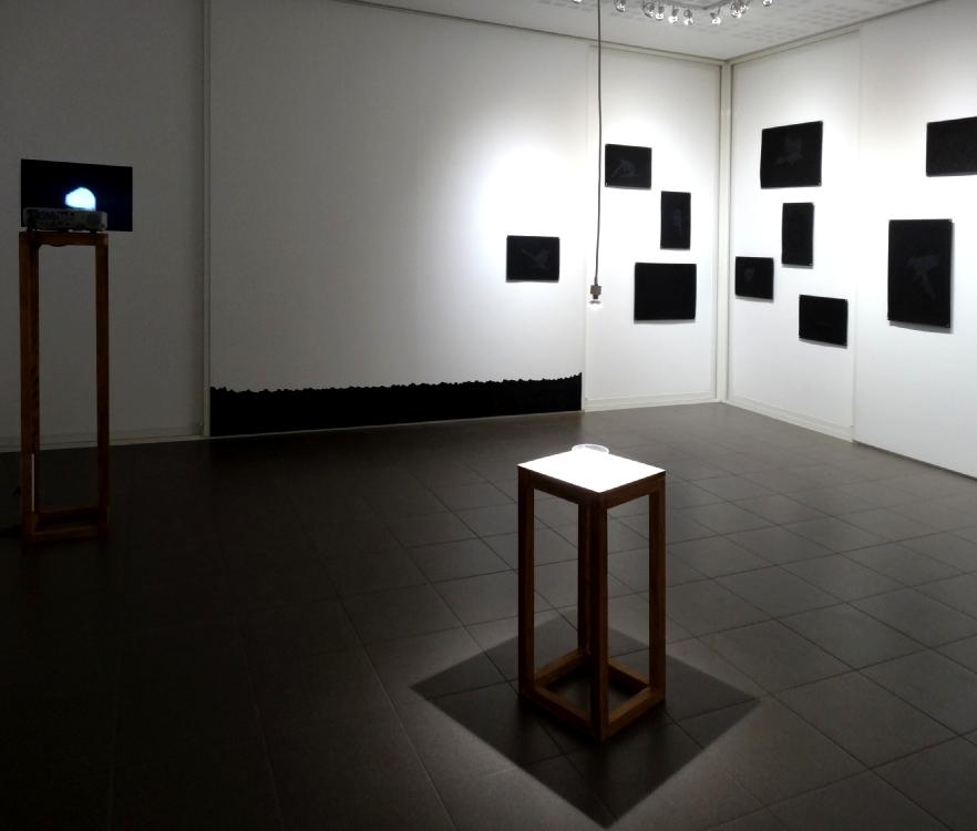 A gauche : Le noir se fait attendre, 2015, vidéo monocanal, son, 04:22 env. Au centre : Au fond, 2016, fusain sur mur, dessin sur place, 320 x 300 cm. env