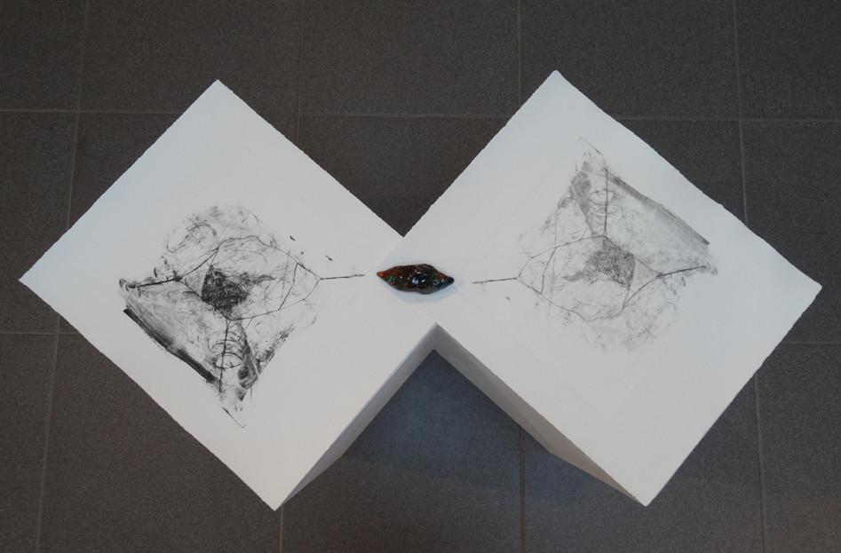Noémie Sauve, Territoires bicéphales - Gravure et céramique. Installation. Gravure plexiglas (34x28,5cm) et terre cuite émaillée, 2015.