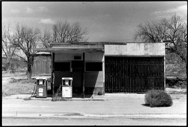 """Philippe Salaün, Série """"Route 66"""" – Station-service abandonnée. Tirage argentique, 28 x 36 cm, 1991"""