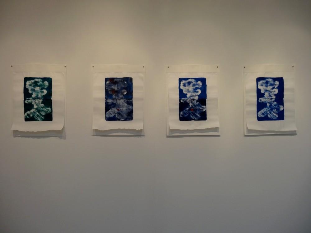 """Vue de l'exposition Cécile White, Empreinte carbone. """"Les marques du temps"""", 4 monotypes acryliques sur papier de lune montés sur papier aquarelle, 50x75 cm pièce, 2015."""