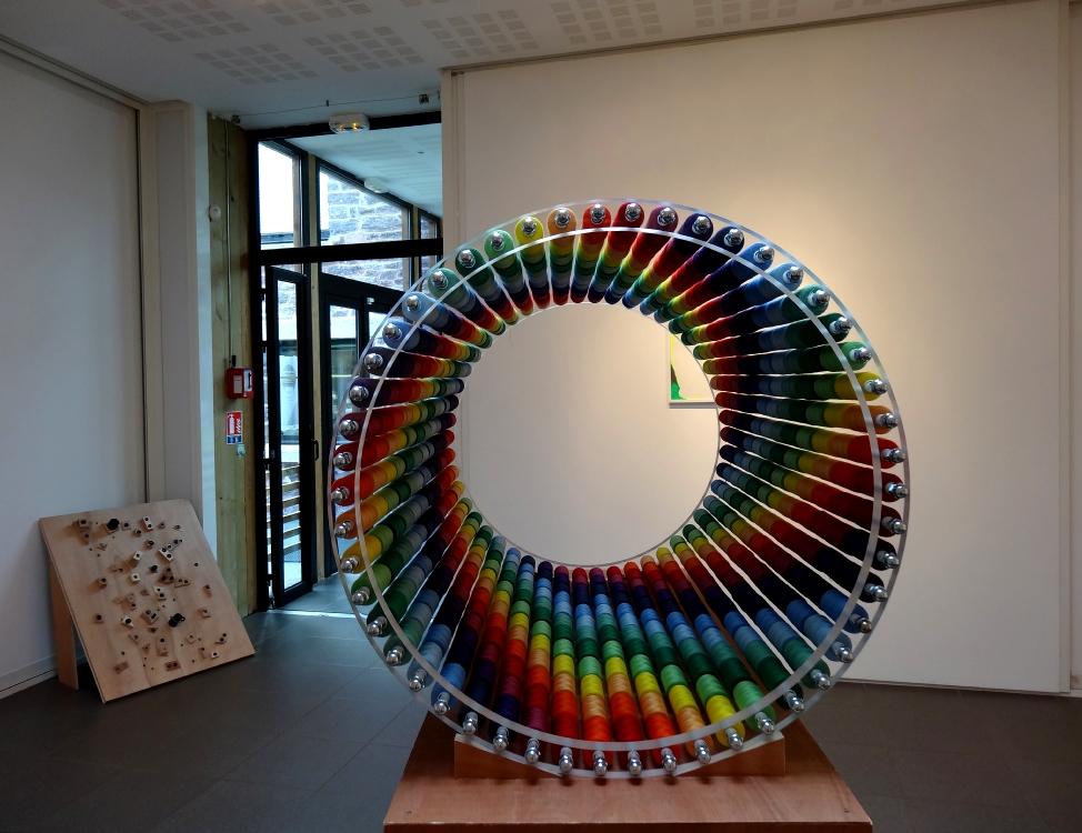 Nikolas Fouré, Une milliseconde de lumière, 2016. Bobines de fil à coudre, PMMA, tige filetée en acier zingué, quincaillerie. 78 x 50 x 50 cm. Socle en contreplaqué. Le tout : 160 x 90 x 50 cm. Photo : L'aparté.