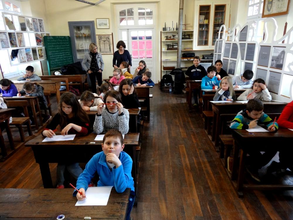 Les enfants listent les interdits à l'école