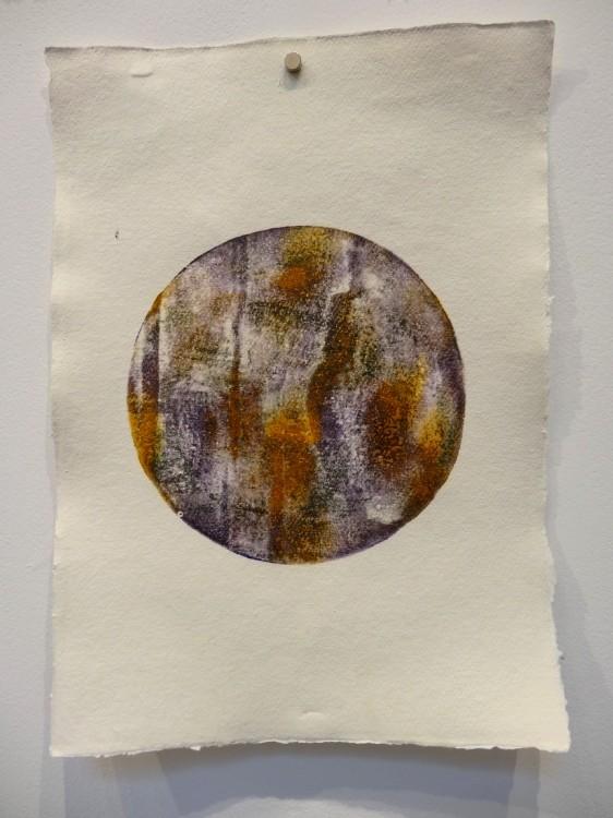 """Vue de l'exposition Cécile White, Empreinte carbone. """"Tas de Soi"""", détail. Installation de 16 monotypes acrylique sur papier coton, 29,5x41 cm pièce, 2015."""