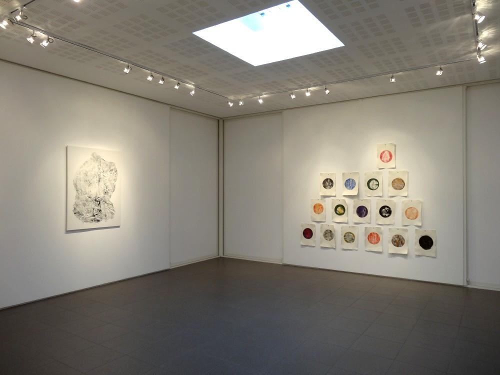 """Vue de l'exposition Cécile White, Empreinte carbone. A gauche : """"Puzzle"""". A droite : """"Tas de Soi""""."""